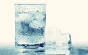 Beber agua helada